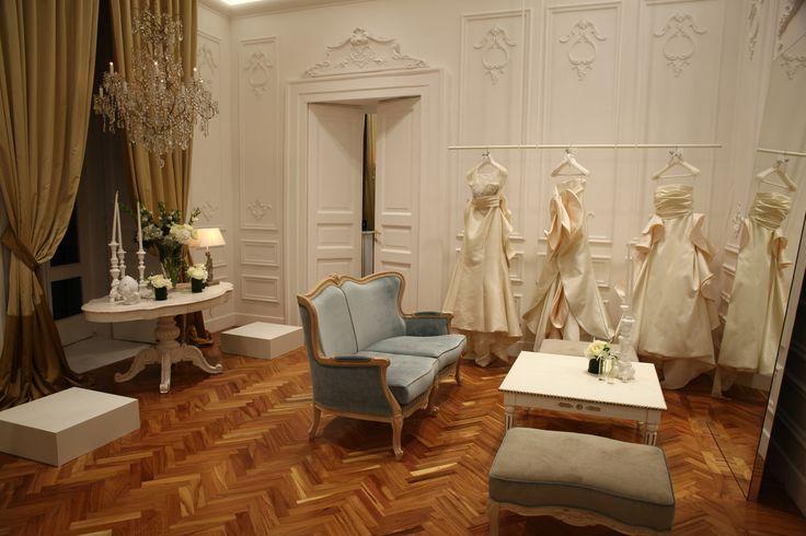 Esposizione abiti presso Maison Signore, nuovo showroom di Palazzo Calabritto. #antonioriva #weddingdress #madeinitaly #collezionisposa #abitidasposa #modasposa #sumisura #mikadodresses