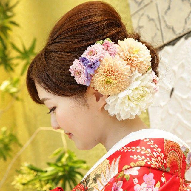 「2015*4*29 とってもお気に入りの和装ヘア(*^^*) 『生花モリモリ』 というこだわりをしっかり伝えてお花の種類や配置までフィッティングの度にアピールしてました♪ 当日ヘアメイクさんのお力でとっても素敵に仕上がり幸せいっぱい!! また和装する機会があっても同じセットしてほしいなぁ(*^^*)…」
