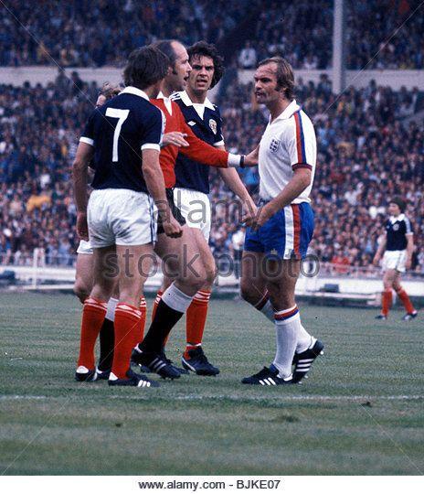 04/06/77 INTERNATIONAL FRIENDLY ENGLAND V SCOTLAND (1-2) WEMBLEY - LONDON Referee Palatai (2nd from left) has words - Stock Image