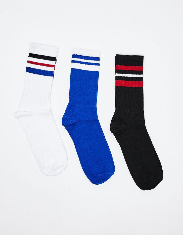 3er-Pack gestreifte Sportsocken. Entdecken Sie diese und viele andere Kleidungsstücke in Bershka unter neue Produkte jede Woche
