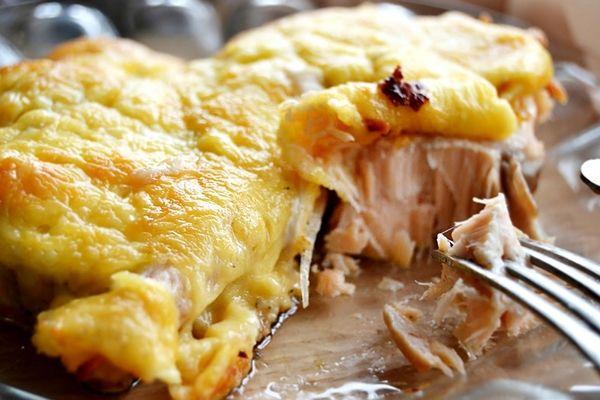Стейки горбуши, запеченные с овощами - рецепт с фото Мясо горбуши считается...