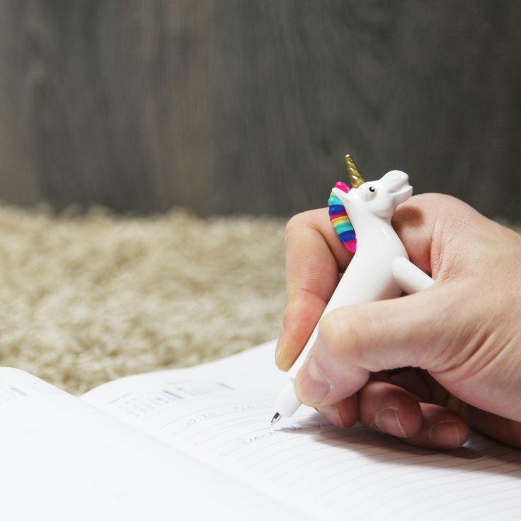 Bolígrafo Unicornio.  Ponle un poco de magia a tu escritura con este bonito bolígrafo con la forma de un elegante unicornio. Se trata de un bonito unicornio con el pelo de múltiples colores (tanto de la crin como de la cola) y su precioso cuerno característico de color dorado.  Puedes utilizarlo tanto para decorar dado que se aguanta sólo sobre sus 4 patas, o bien, puedes utilizarlo para escribir tus mejores anotaciones.