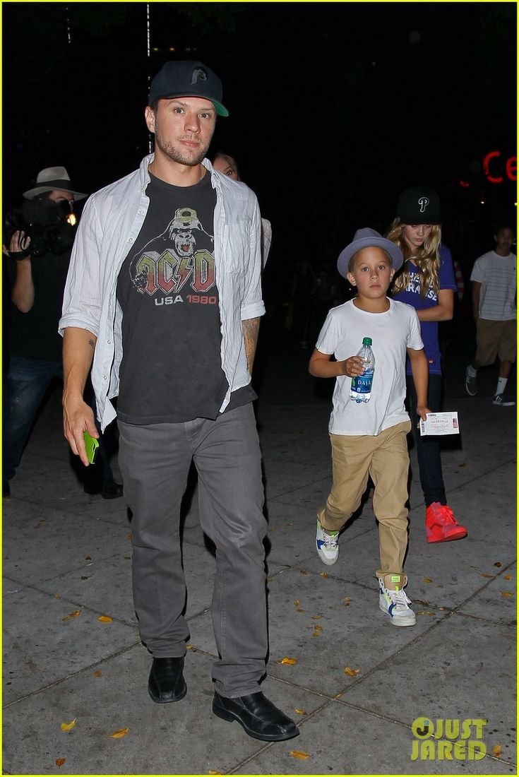 Ryan Phillippe takes his kids Ava and Deacon to a Bruno Mars concert on July 27, 2013