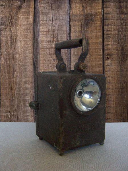 Cette lampe type fanal Wonder en métal date d'avant la seconde guerre mondiale. Les cheminots l'utilisaient la nuit sur les voies ferrées. Elle est dans son jus, mais il manque l'interrupteur, sa hauteur est de 22 cm. Aussi, belle décoration de style industriel, cette lanterne est un vrai produit français de l'époque.