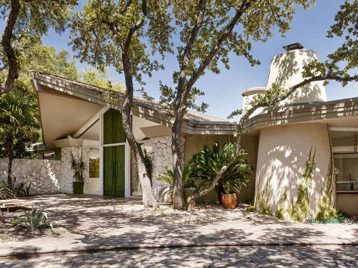 En la ciudad estadounidense de Austin, en el estado de Texas, encontramos el epítome del diseño arquitectónico extravagante y lleno de estilo, característico del modo de vida tejano. Esta joya vintage localizada entre un laberinto de árboles es el escenario perfecto para la filmación de una películo situada en los años 50s. Una casa remodelada por el arquitecto galardonado Hugh Jefferson Randolph, esta residencia cuenta con espacios con un diseño innovador, abundancia de luz natural, una…