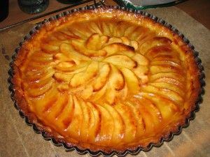 Franse appeltaart: 200 gr meel, 60 gr suiker, snufje zout, 1 ei, 1 eigeel kneden. 100 gr boter erdoor kneden. 30 min in koelkast laten rusten. Appels in boter bakken. Deeg in bakvorm, gaatjes in bodem prikken. Appels er 30 gr suiker erop. 40-50 min op 200 graden bakken.  6 e.l. abrikozenjam met wat water verwarmen. 30 gr suiker en jam over de taart.