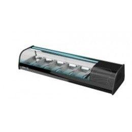 Vitrina refrigerada, con revestimiento exterior con perfil de aluminio anodizado, costados de PVC, con vidrio. Puertas correderas de vidrio, bandeja interior de acero inox con cubetas GN 1/3 de 40 mm de profundidad, incluidas en dotación.