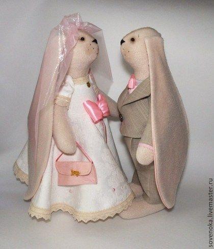 Купить или заказать Кролики свадебные 'Розовые ушки' в интернет-магазине на Ярмарке Мастеров. Очаровательные свадебныекролики) Прекрасный талисман на свадьбу. Такие зверьки замечательно подойдут в качестве свадебного подарка! Цена указана за ДВА кроля! Аксессуары и ткани зависят от их …
