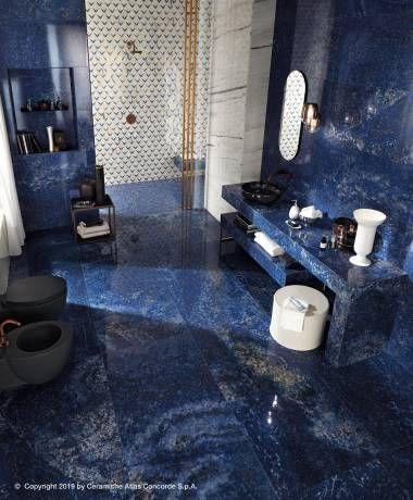 L'effet marbre transforme le mur de la salle de bains en superbe œuvre d'art
