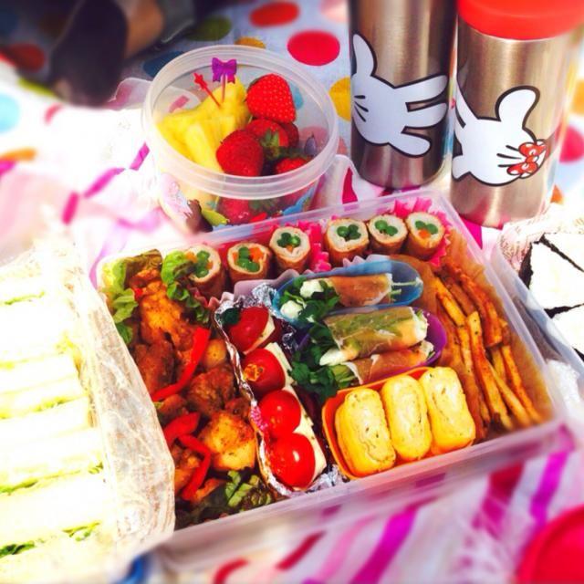 ♥︎ツナとたまごのサンドイッチ ♥︎︎ツナマヨの三角寿司 ♥︎唐揚げ ♥︎卵焼き ♥︎貝割れとクリームチーズの生ハム巻き ♥︎にんじんとインゲンの肉巻き ♥︎ミニトマトのカプレーゼ風 ♥︎コンソメ味のフライドポテト ♥︎苺とパイナップル - 30件のもぐもぐ - お花見弁当 by cnm612