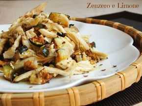 Questa insalata pollo, zucchine e noci è un appetitoso secondo piatto preparato utilizzando del pollo allo spiedo avanzato. Una perfetta ricetta riciclo.