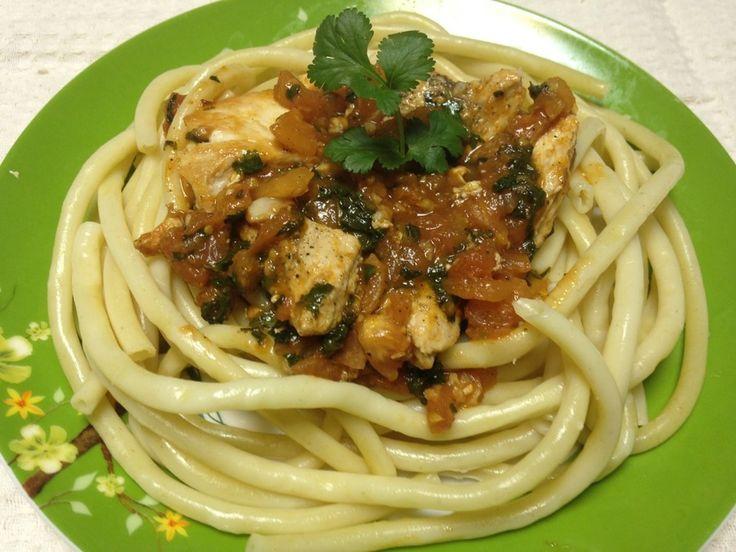 Спагетти с курицей в томатном соусе - пошаговый рецепт с фото: Просто, быстро, вкусно - Леди Mail.Ru грудка куриная  400 г помидоры  450 г томатная паста  40 г спагетти  300 г соль  по вкусу масло оливковое перец черный  по вкусу зелень  по вкусу
