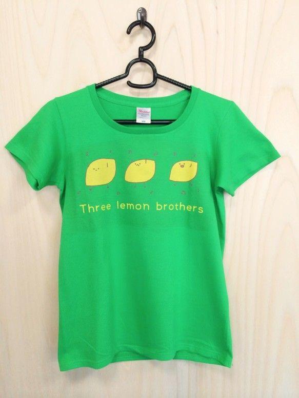 レモン三兄弟がプリントされたヘンテコTシャツです。胸元にレモンをどうですか?カラー :ブライトグリーン素材 :綿100%サイズ 普通のMサイズとレディースのM...|ハンドメイド、手作り、手仕事品の通販・販売・購入ならCreema。