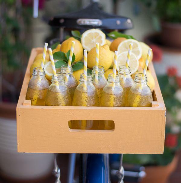 Λεμονάδα μόνο με λεμόνι, μέλι, λουίζα, κουρκουμά και αστεροειδή γλυκάνισο.
