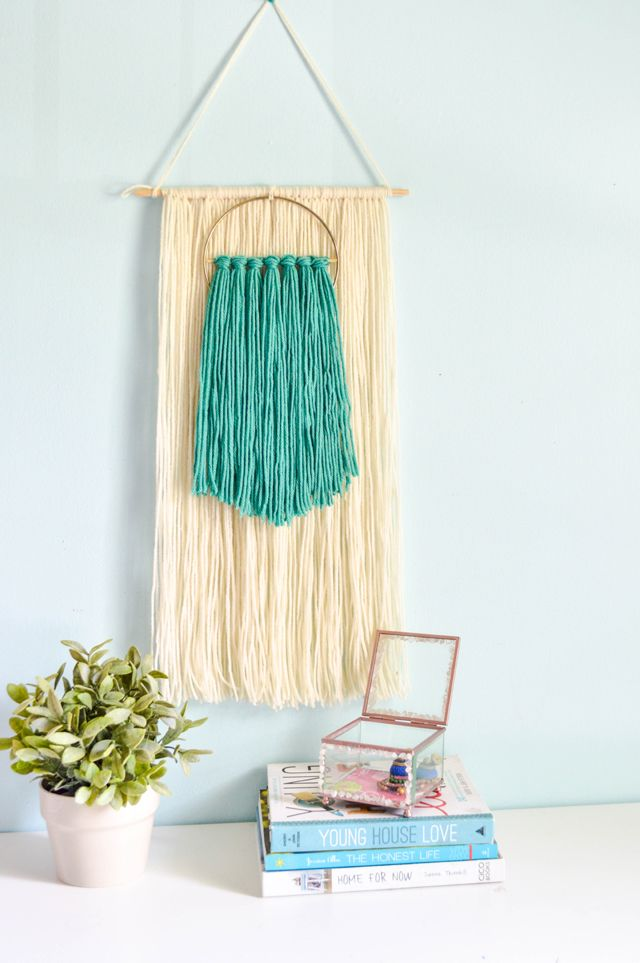 Make this easy but gorgeous yarn wall hanging! So cute!