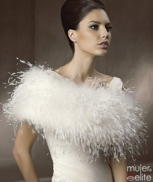 Bolero de plumas para las novias que quieran llevar la última tendencia en complementos