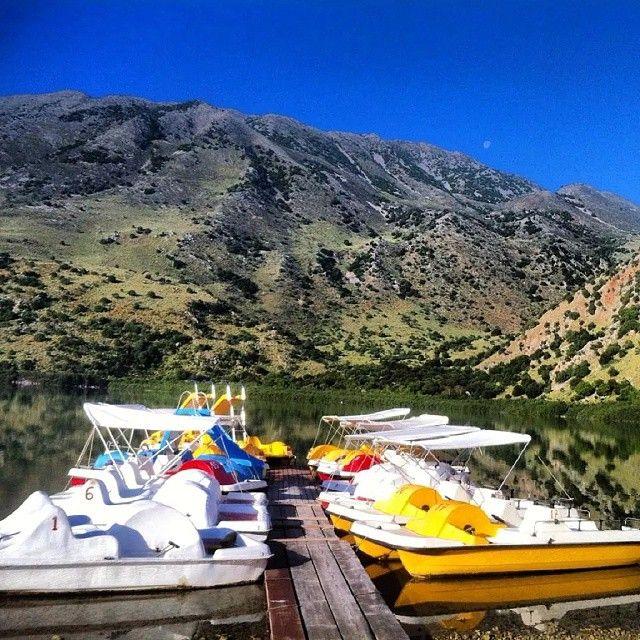 Tag en tur til Kretas eneste ferskvandssø Kournas Lake. Her kan man leje en vandcykel og få chancen for, at se skildpadder eller blot for, at nyde naturen der omgiver søen. Læs mere her: www.apollorejser.dk/rejser/europa/graekenland/kreta