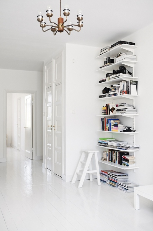 Scandinavian: Bookshelves, Decor Kitchens, Kitchens Design, White Spaces, Interiors Design Kitchens, Design Interiors, Book Shelves, Modern Kitchens, White Shelves