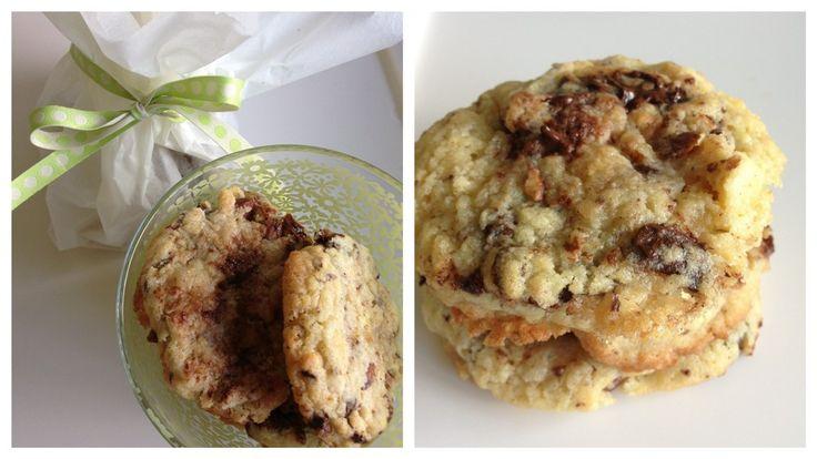 Cookies med mandler og chokolade. De smager fantastik og er hurtige at lave. Både hvid, lys og mørk chokolade kan anvendes - ligesom både mandler og hasselnødder kan bruges.
