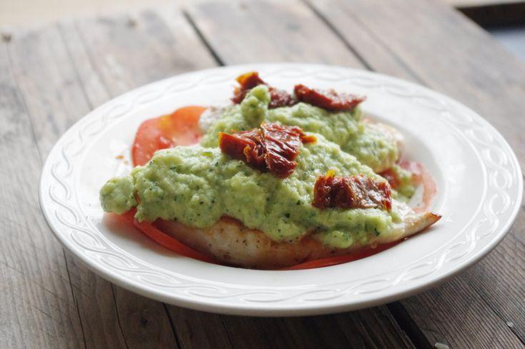 Een lekker recept voor koolhydraatarme kipfilet met courgettesaus en tomatensalade. Zout en Peper is een foodblog met gezonde en koolhydraatarme recepten.