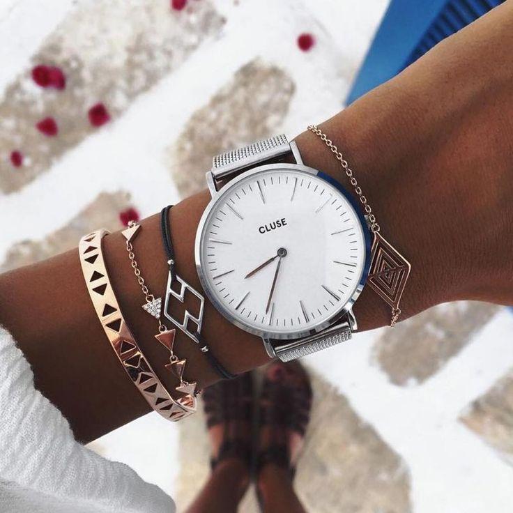 bracelets avec une jolie montre indispensable pour chaque journée en restant chic et féminin.