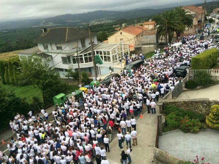 Imágenes de la primera concentración silenciosa en apoyo a José Mato y Mary Tasende, antes de su salida en la parroquia de San Lorenzo de Verdillo, Carballo (A Coruña)