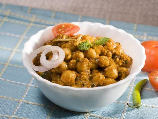 Curry de pois chiches 1 cuillère à soupe d'huile de tournesol - 2 oignons émincés - 4 gousses d'ail (écrasées) - 800 g de pois chiches en boîte égouttés - 450 g de tomates en boîte en morceaux - 1 cuillère à café de sel - 2 à 3 cuillères à soupe de pâte de curry ou bien le mélange suivant : - 1 cuillère à café de chili en poudre - 1 cuillère à café de paprika - 1 cuillère à café de curcuma (ou curry en poudre) - 1 cuillère à soupe de cumin moulu - 1 cuillère à soupe de coriandre moulue - 1…