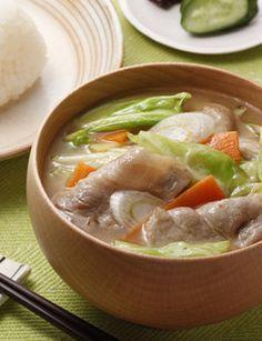 しっかりと炒めたキャベツからうま味がたっぷり♪ほのかにごま油香る、野菜がたくさん食べられるあったか豚汁です!