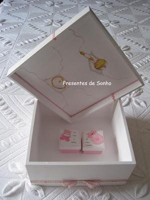 Caixa de 25 x 25 x 10cm com 2 caixinhas de recordações
