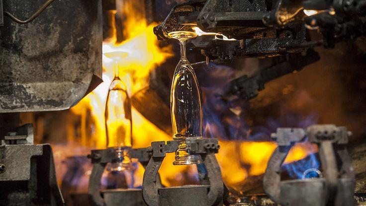 Een extra stuk bovenaan het glas, wordt gebruikt om het glas naar de versnijdingsmachine te brengen. Dit stuk of overschot wordt dan door een vlammenkroon aan 800°C afgesneden. Op dit moment wordt de stevige kraag op de rand gevormd om het onbeschadigbaar te maken. (In het frans Dure au Bord)