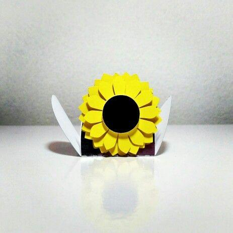 Forminha confeccionada em cartolina laminada com girassol em formato 3D