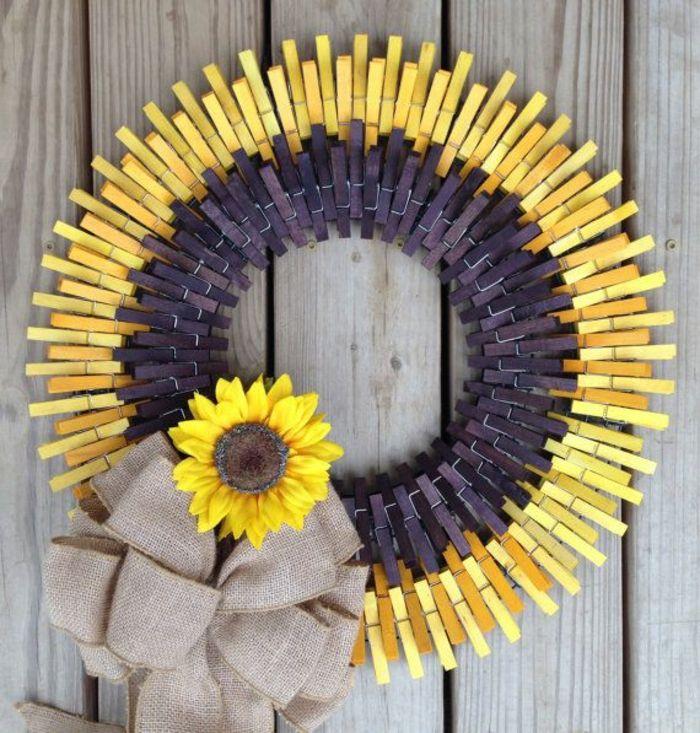 que faire avec des pinces à linges en bois, faire une jolie couronne tournesol avec des pinces à linge colorées