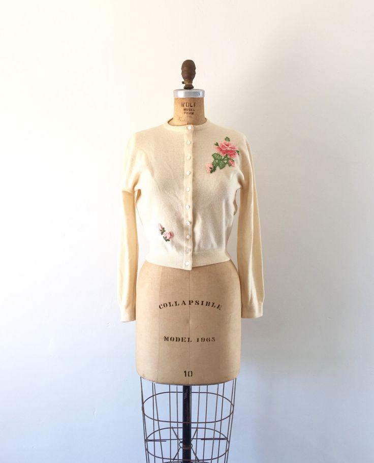 d e t een i l s---  Vintage 1950s crème kasjmier vest trui met 3D roze roos borduursel op de voorzijde en de rug en de parelwitte knoppen.    Naar schatting tijdperk: 1950s Label: Dalton Stof: 100% Virgin kasjmier Kleur: crème / botterroom, roze, groen Voorwaarde: Grote vintage. Een paar zwakke kleine plekken in de buurt van de knoppen die moeilijk zijn te zien. Meer fotos op aanvraag.    ---m e een s u bent e m e n t s---  schouder 17 Bust 38 taille 24 lengte 18 Sleeve 21  geschatte gro...