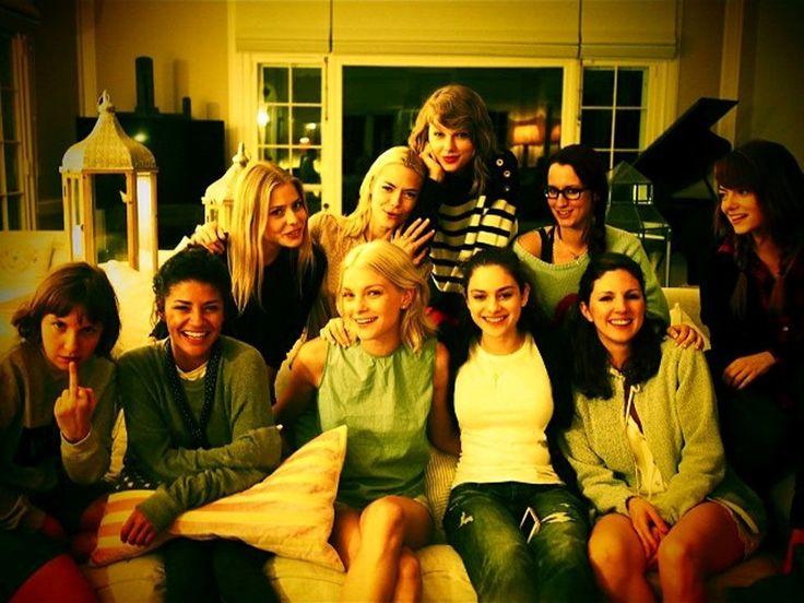 T-Swift Photos That Define Squad Goals - Cosmopolitan.com