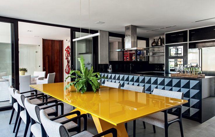 A área é separada da cozinha pela bancada de granito preto São Gabriel com painel de ladrilhos hidráulicos Barbacena, da Pavimenti. Móveis da Home Design