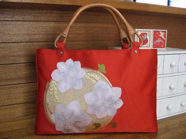朱色の帯のバッグ 花モチーフの画像1枚目