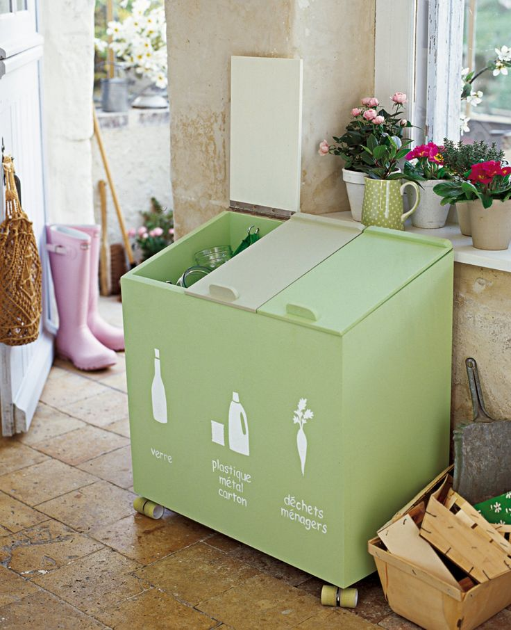 Bacs de poubelle peints en vert anis et décorés au pochoir pour le tri sélectif