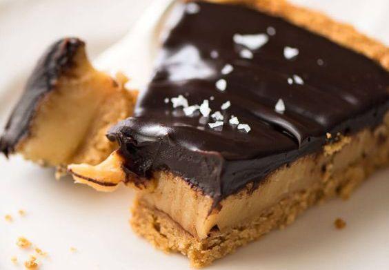 Lækker tærte med blød og cremet saltkaramel og chokolade ganache – lavet på kun 6 ingredienser.