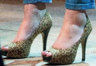"""Le scarpe di Maria Elena Boschi, detta per queste """"La Giaguara""""."""