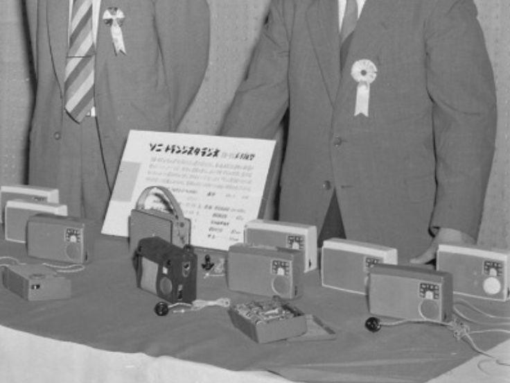 TR-55発表会と思われる。初期型はボリュームのツマミが黒色、ボディ底の2つの足が前面に伸びている点が特長。