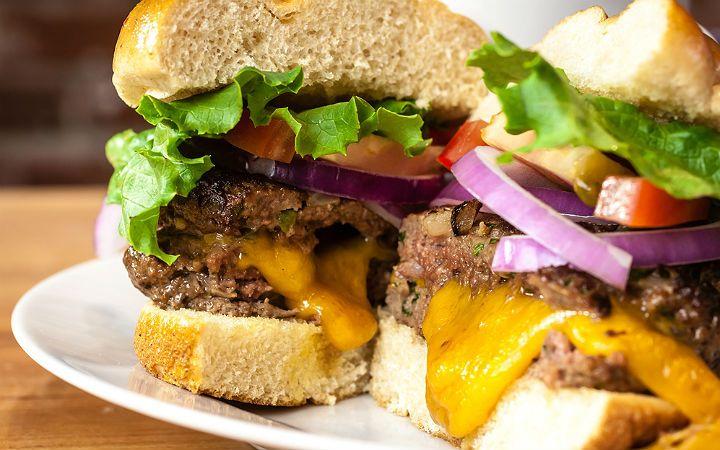 Dana antrikot ve yağlı dana döş etini, zırh yardımıyla çekip içi sulu kalacak şekilde lezzetli köfteler yapıp evinizde hamburger hazırlayabilirsiniz.