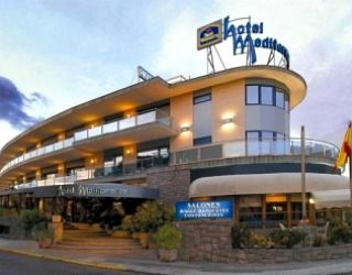 Looking out directly onto the beach in Castelldefels, the Hotel Mediterraneo is particularly well located for Castelldefels Platja Train Station making it possibly the easiest of the 4 Star Castelldefels Hotels to get to.