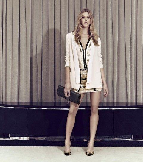 Dalla collezione primavera estate 2013 di abbigliamento Elisabetta Franchi, blazer bianco e gonna dorata.