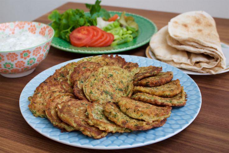 Ejjeh är en blandning mellan omelett och zucchinibiffar. En favorit i Libanon och även i Syrien som också har en variant på ejjeh. Fantastiskt gott att avnjutas som lunch eller att duka uppomeletten som en del av en buffé. Man kan göra omeletten utan zucchini, då har man istället i mer persilja. Ejjehserveras alltid med pitabröd, grönsaker ochtzatsiki. 4 portioner Ejjeh 6 st ägg 2 st gröna zucchini 1 liten bunt persilja 1 gul lök 2 vitlöksklyftor 1 msk torkad mynta 1 tsk sjukryddor…