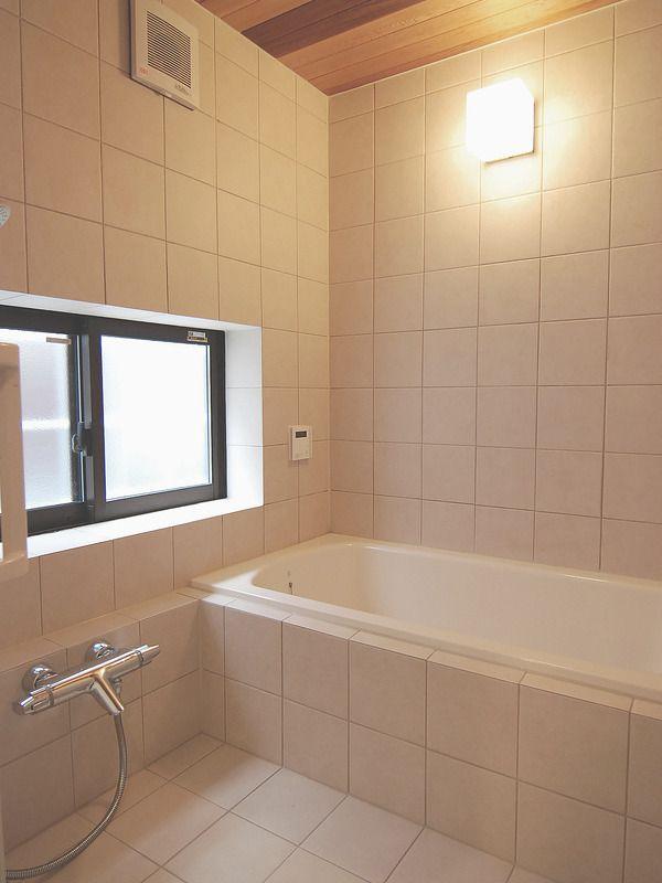 床にサーモタイルを使用した浴室