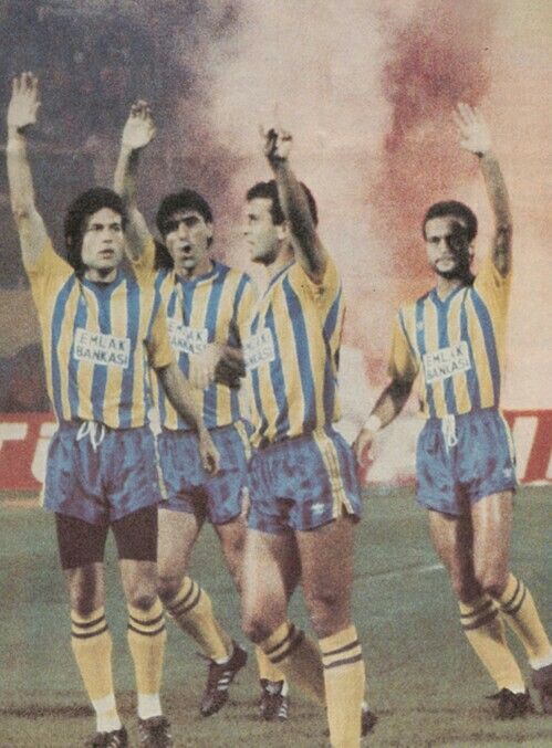 Fenerbahçe players are saluting fans before an European Cup match. (1989-90)