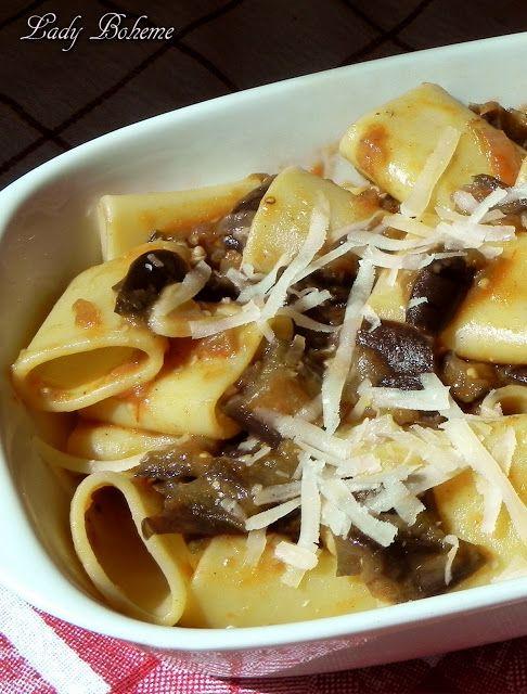 Italian Food - Pasta alle melanzane. Una ricetta semplice e molto gustosa a base di pasta condita con un sugo di melanzane cotte in padella e insaporite con formaggio sbrinz.