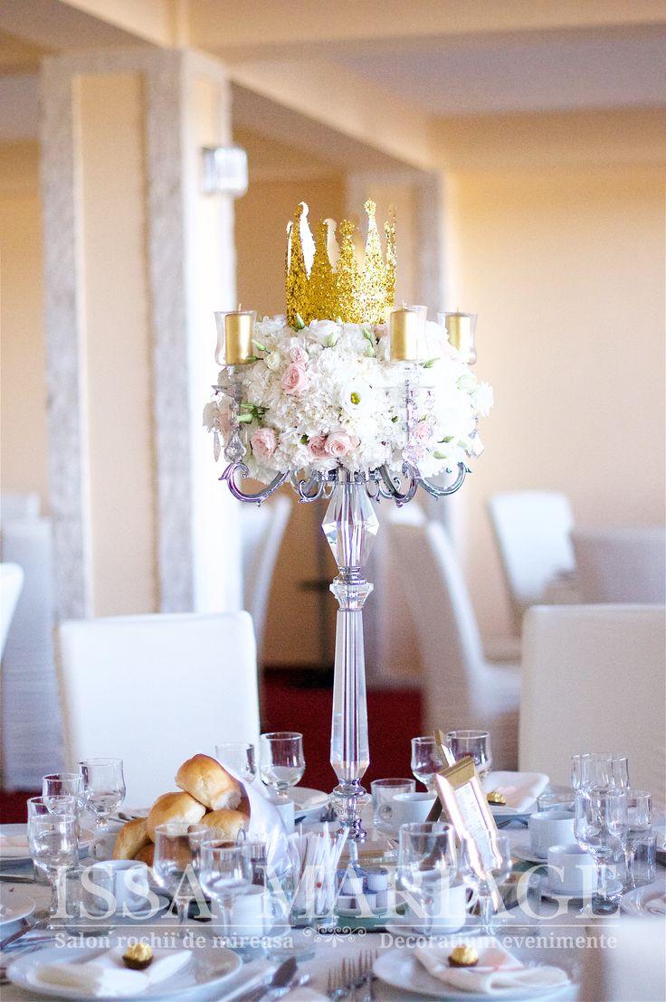 Aranjament botez cu sfesnic cristal aranjament floral deosebit si coronita aurie IssaEvents 2017