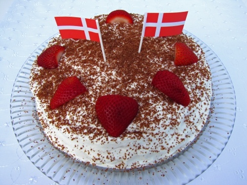 Lagkage med jordbær og marcipan – Layered cake with strawberries and marcipan