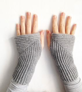 Angle (Vinkelvarmere) - crocheted wrist warmers by Sidsel Sangild. Find the pattern on Ravelry.com - http://www.ravelry.com/patterns/library/angle